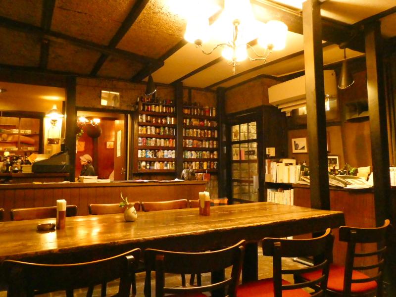 神保町の老舗喫茶店ミロンガ・ヌオーバの大きな木のテーブル