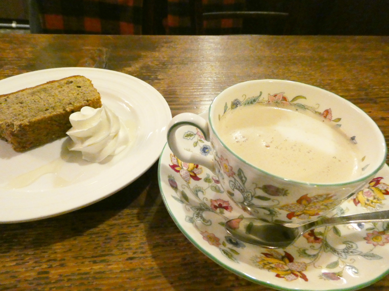 神保町の老舗喫茶店ミロンガ・ヌオーバで食べるアールグレイのシフォンケーキとカフェオレ